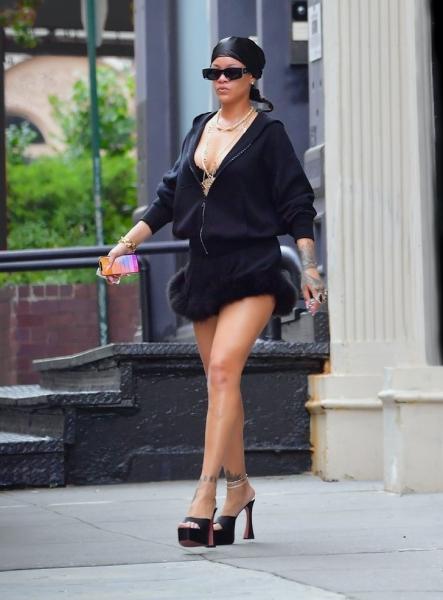 Ультракороткая мини-юбка с опушкой, которую Рианна носит вместе с худи
