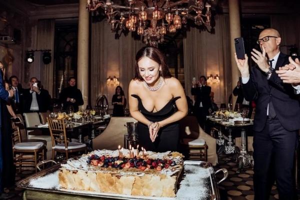 В золоте и цветах: как оперная дива Аида Гарифуллина отпраздновала день рождения