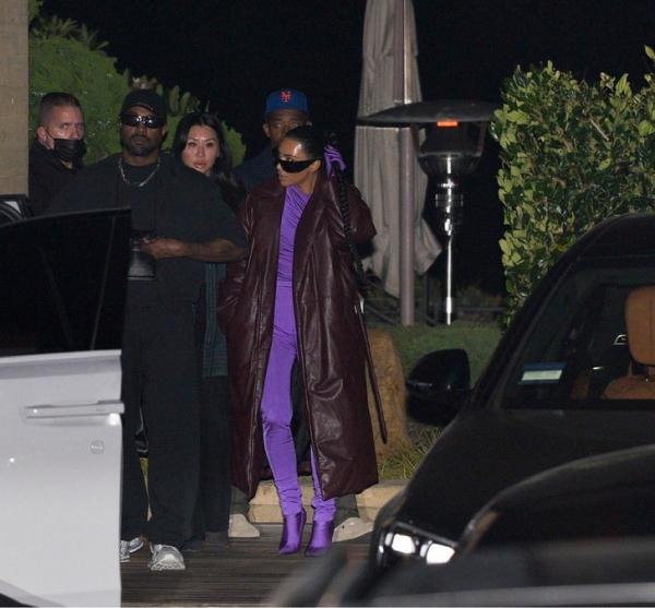 Вместе или нет? Ким Кардашьян и Канье Уэст на ужине в ресторане на берегу океана