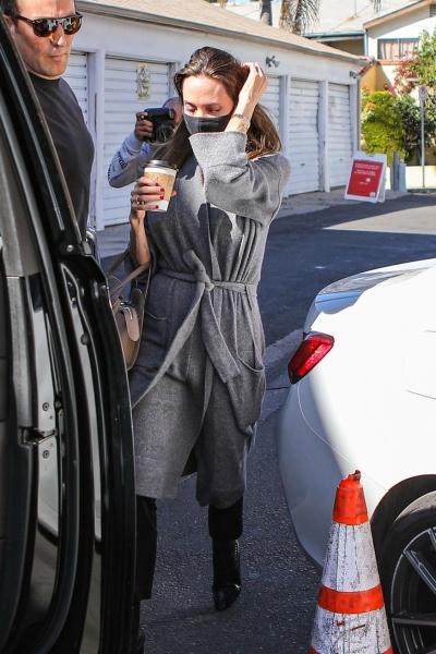 Всего одно базовое пальто, которое Анджелина Джоли выбирает на осень